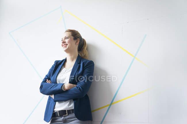 Бізнес-леді з схрещеними руками — стокове фото