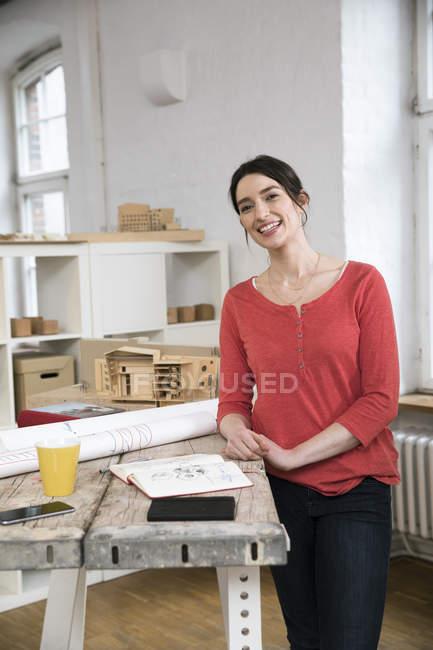 Femme debout dans le bureau créatif — Photo de stock