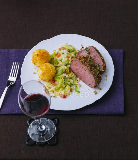Rosbif con verduras y croquetas de patata - foto de stock