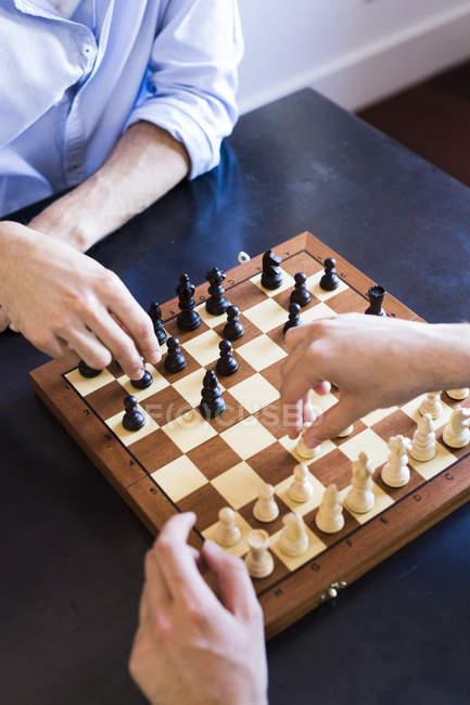 Двое мужчин играют в шахматы — стоковое фото