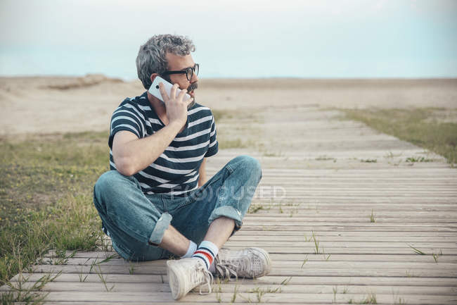 Man talking on phone — Stock Photo