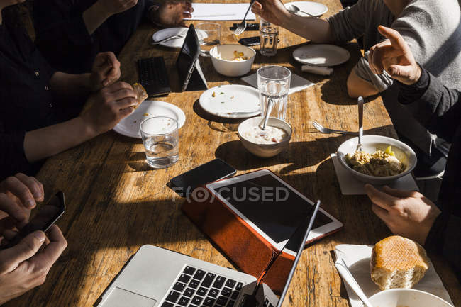 Cropped view of colleagues having lunch together — Stock Photo