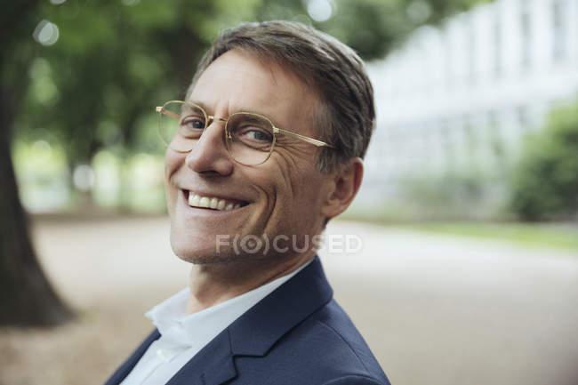 Зрелые бизнесмен на открытом воздухе — стоковое фото