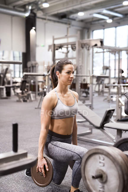Женщины поднимают тяжести в спортзале — стоковое фото