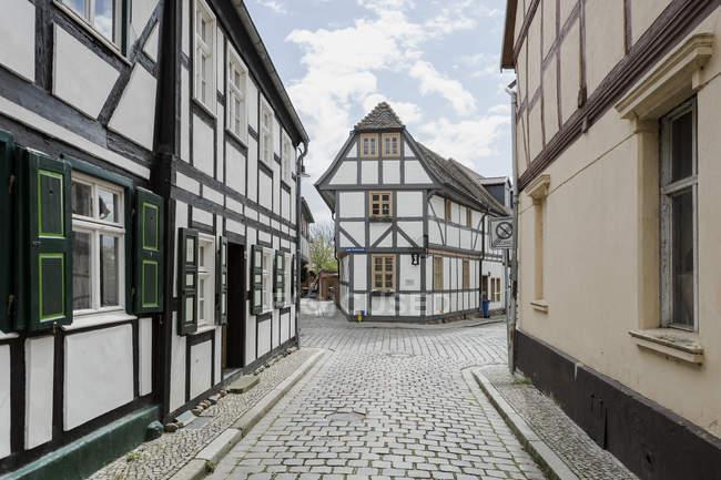 Casas enmarcadas en madera en el casco antiguo - foto de stock