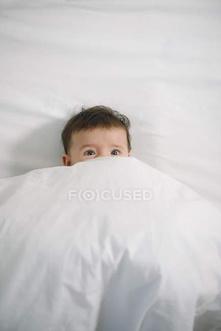 Neonata che si trova sotto la coperta — Foto stock