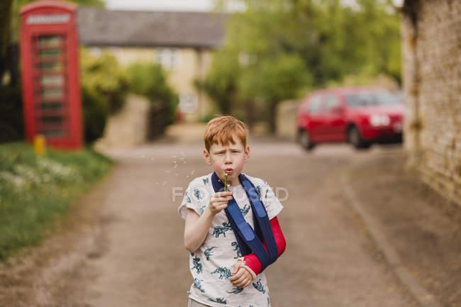 Boy with a broken arm — Stock Photo