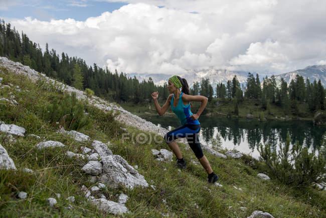 Sentier coureur au lac Federa — Photo de stock