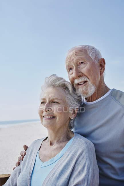 Lächelndes Senioren-Paar am Strand — Stockfoto