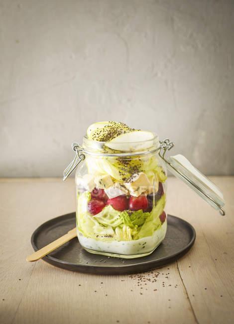 Preservando o pote de salada iceberg com uvas — Fotografia de Stock