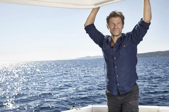Homme sur yacht à moteur — Photo de stock