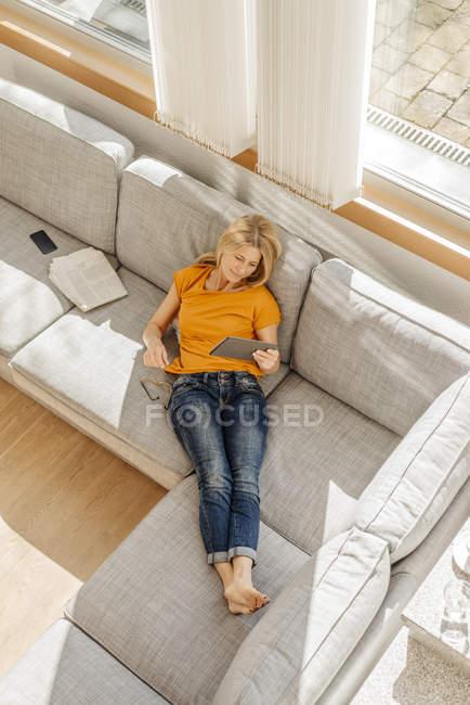 Donna che utilizza compresse — Foto stock
