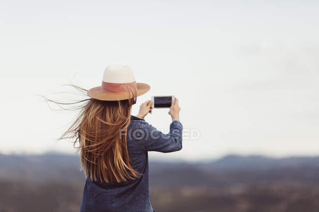 Femme prendre des photos avec smartphone — Photo de stock