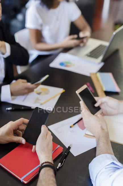 Geschäftsleute, die nutzung von mobiltelefonen — Stockfoto