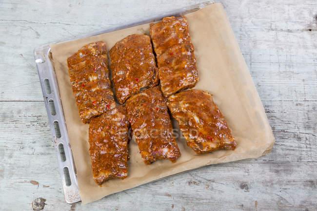 Ricambio crudo marinato strappa sulla teglia — Foto stock