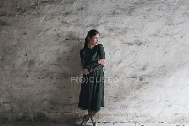 Mulher vestindo vestido verde — Fotografia de Stock