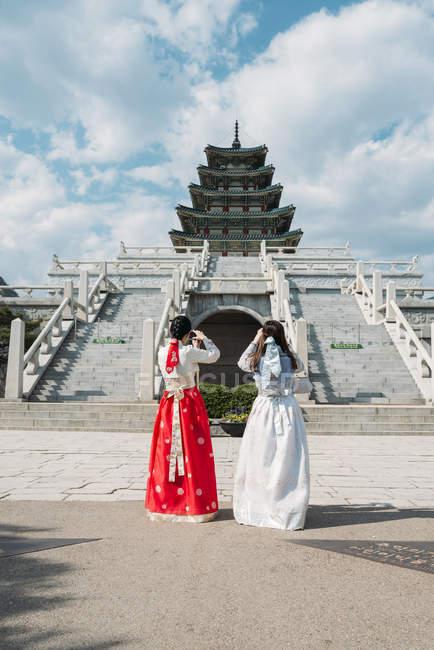 Жінки, що носять традиційні сукні-Корейська — стокове фото