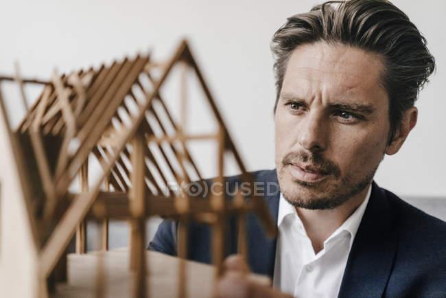 Архітектор, вивчаючи модель — стокове фото
