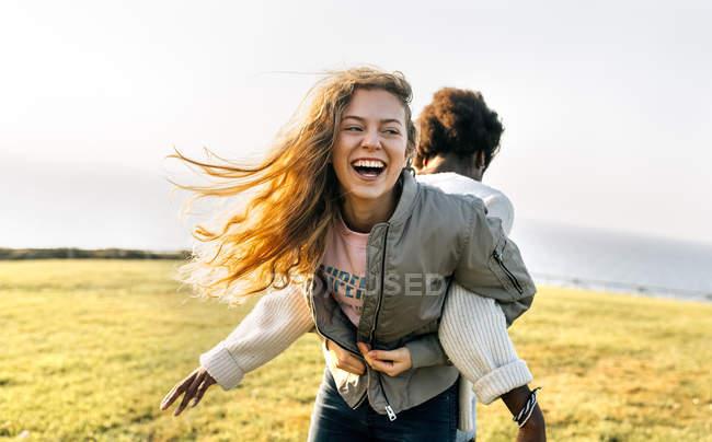 Подруги развлекаются на свежем воздухе — стоковое фото