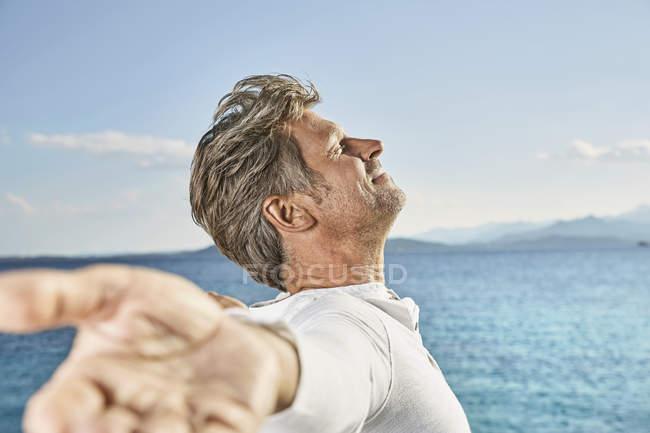 Reifer Mann genießt Sonnenlicht — Stockfoto