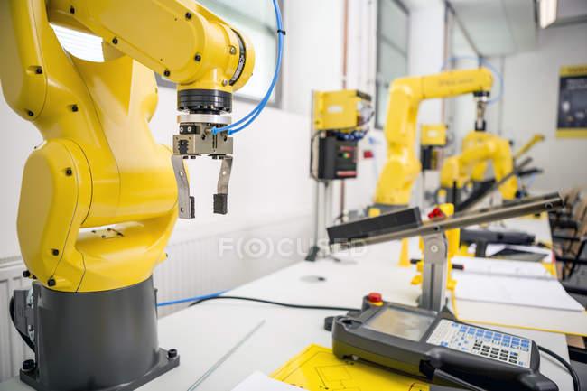Robô industrial na fábrica — Fotografia de Stock
