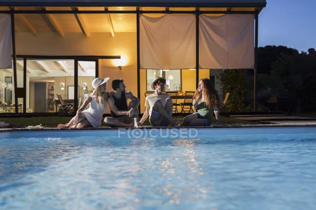 Amigos relajantes en la piscina - foto de stock