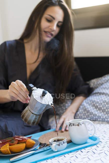 Frau mit Frühstück am Bett — Stockfoto