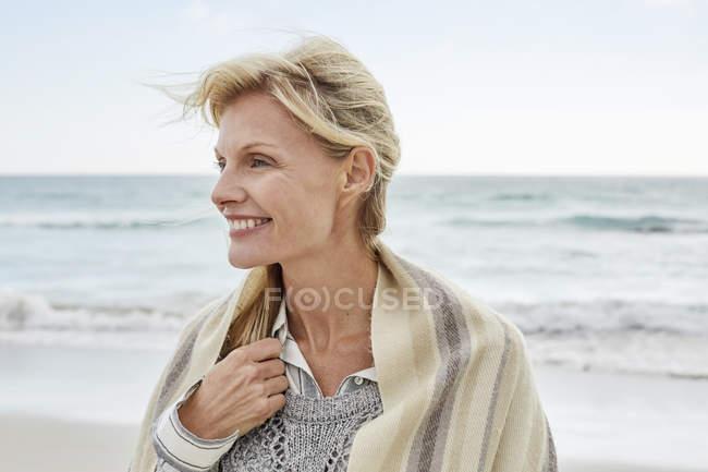 Зрілі жінки, насолоджуючись море — стокове фото