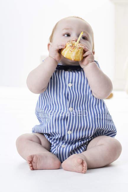 Baby boy eating birthday cake — Stock Photo