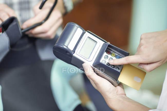Mann, die Zahlung per Kreditkarte — Stockfoto