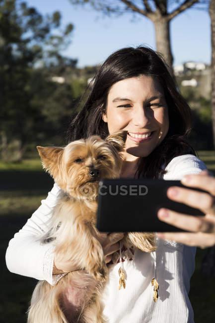Selfie prendre femme avec chien — Photo de stock