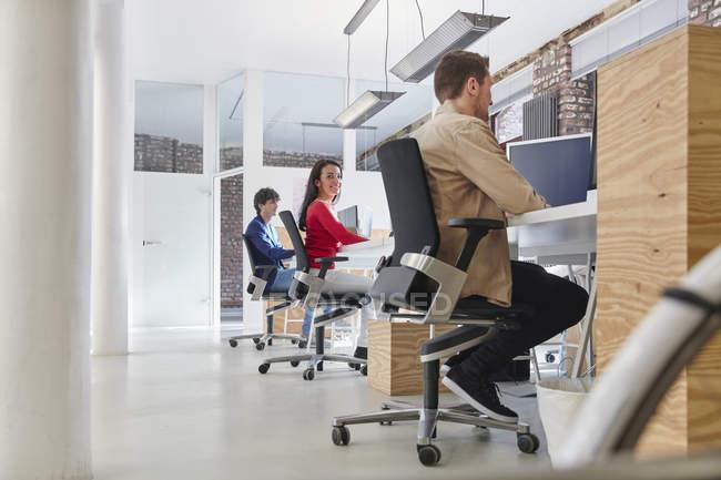 Деловые люди, работающие в Creative Office — стоковое фото