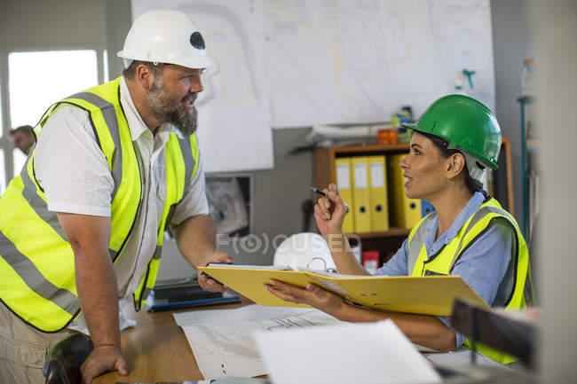 Жіночі та чоловічі кар'єр працівників — стокове фото