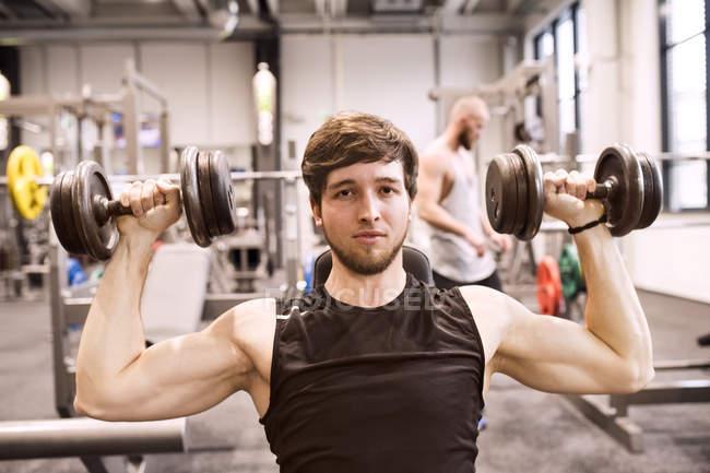 Mann trainieren mit Hanteln — Stockfoto