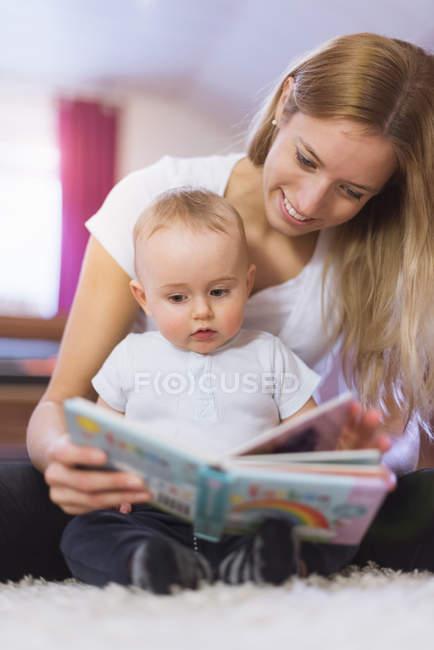 Mère et fils avec livre d'images — Photo de stock