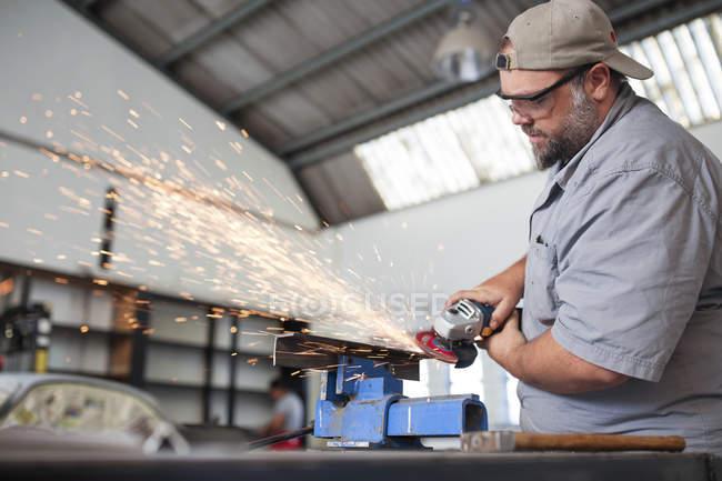 Mechaniker mit Winkelschleifer — Stockfoto