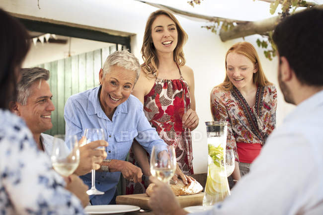 Famiglia che mangia pranzo insieme all'esterno — Foto stock