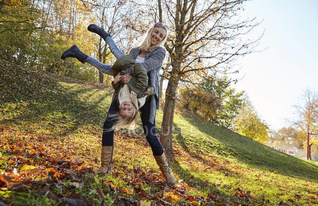 Мати і дочка, граючи в парку — стокове фото