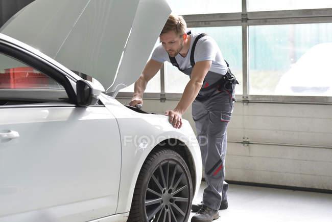 Meccanico di auto che lavora in auto — Foto stock