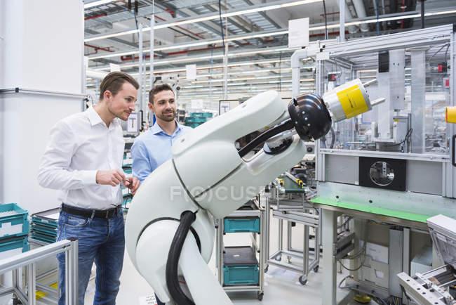 Чоловіки, вивчаючи Асамблеї робот — стокове фото