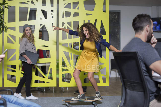 Женский коллега на скейтборде — стоковое фото
