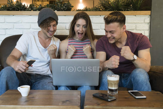 Friends sharing laptop — Stock Photo