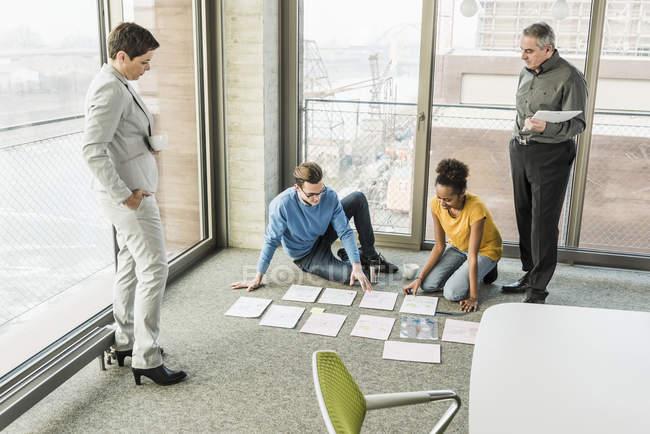 Портрет предпринимателя, сортировка документов на этаже — стоковое фото
