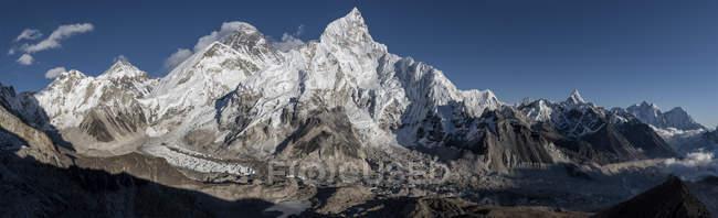 Nepal, Himalaya, Khumbu, Everest region, snow-covered Everest and Nuptse mountains — Stock Photo