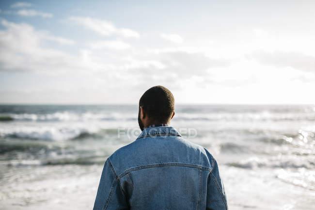 Jovem viajante perto do mar, desfrutando da praia . — Fotografia de Stock