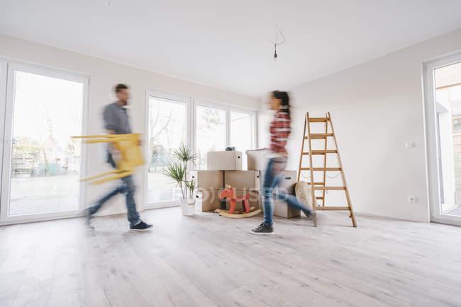Пара переезжающих домов, с мебелью — стоковое фото