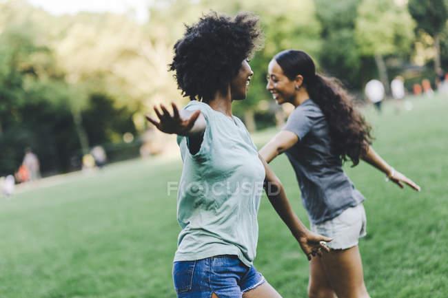 Dois melhores amigos se divertindo juntos no parque — Fotografia de Stock
