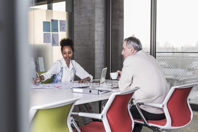 Retrato de colegas de negócios na mesa de conferência — Fotografia de Stock