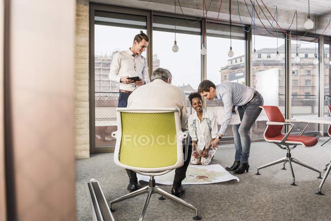 Портрет бизнес-коллег, обсуждающих проект — стоковое фото