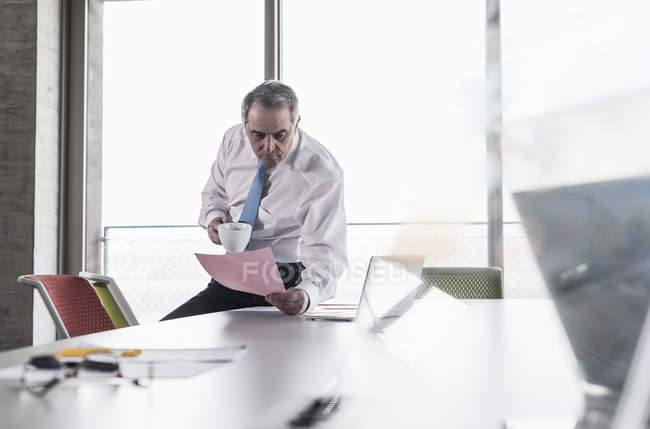 Manager reading document in office — Stock Photo